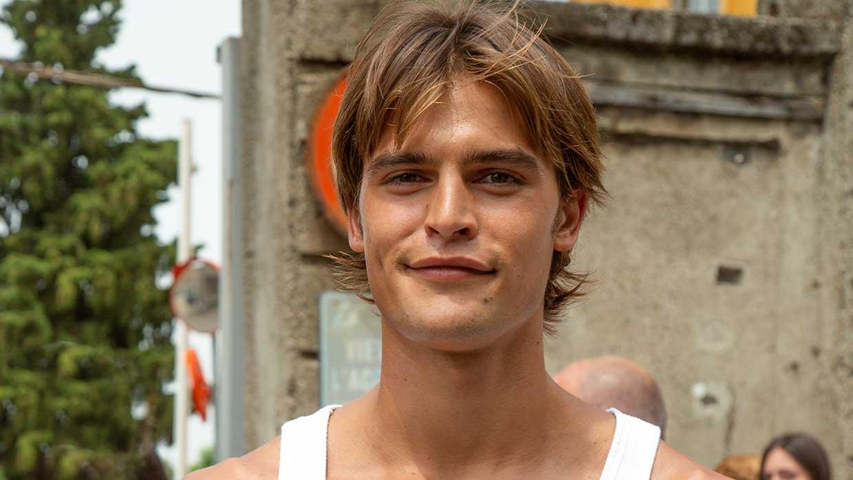 Mannelijke modellen bij Etro tijdens de Milan Fashion Week zomer 2022