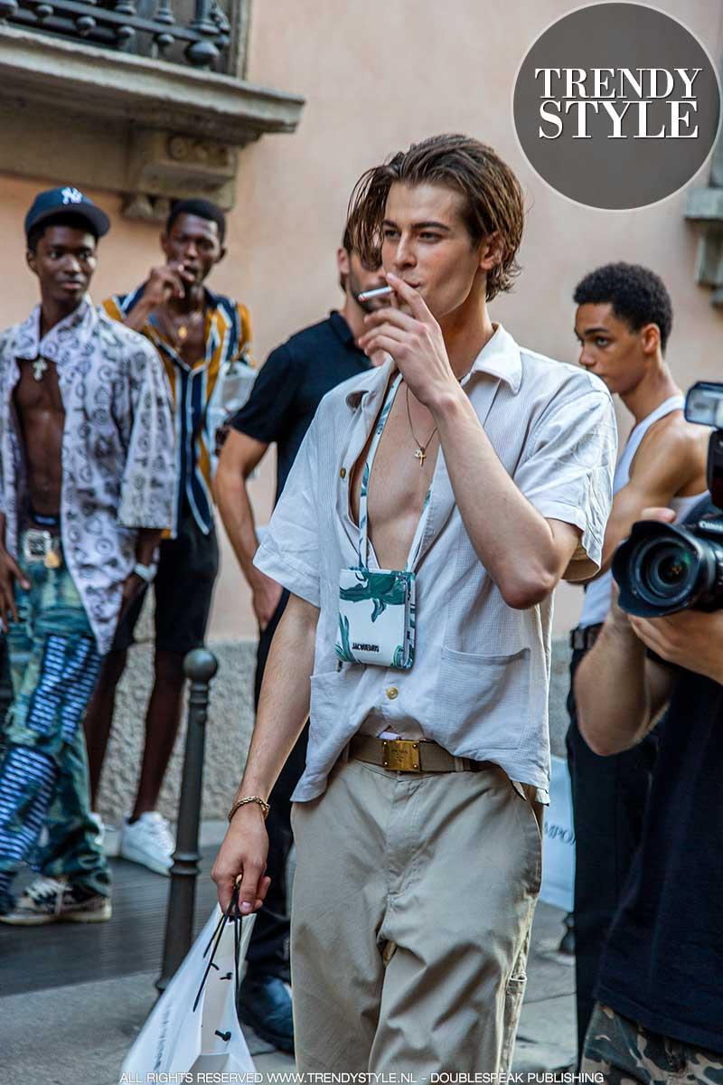 Modetrends en stijltips zomer 2021. Mannelijke modellen tijdens de Men's Fashion Week zomer 2022