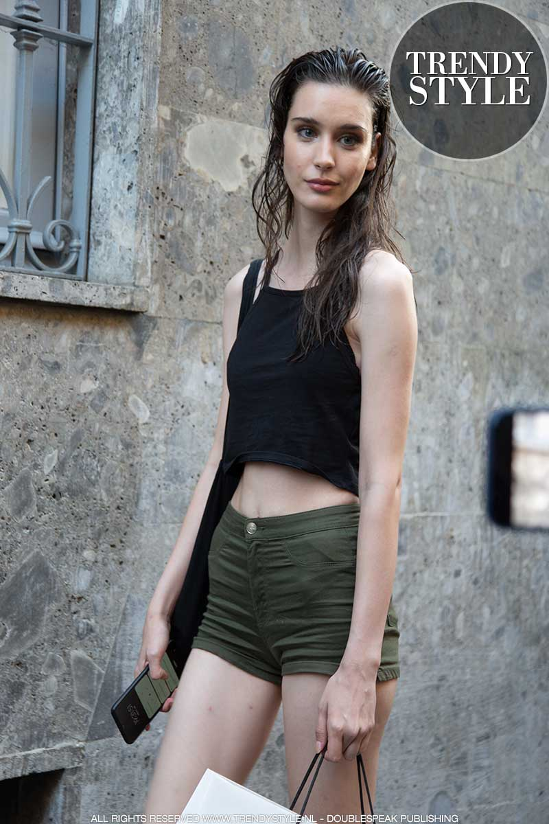 Streetstyle mode 2021 tijdens de Milan Fashion Week. Spijkershorts