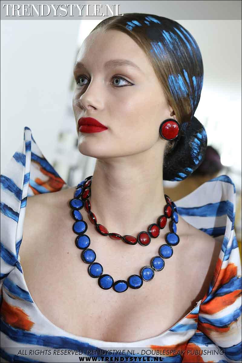 Beauty trends 2021. Winnende combinatie: zilvergrijze haarkleuren plus rode lippenstift