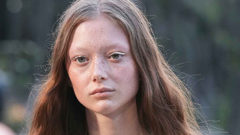 Make-up trends 2022. Schitteren met een eyeliner van strass steentjes