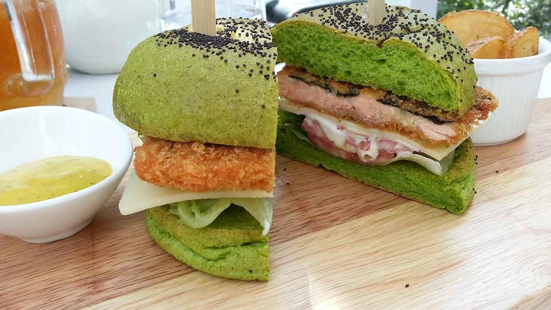 Voedingstrend: blauwe rijst, zwarte broodjes, groene hamburgers