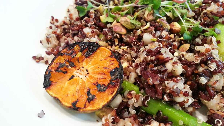 Quinoa salade met edamame boontjes en granaatappelpitjes