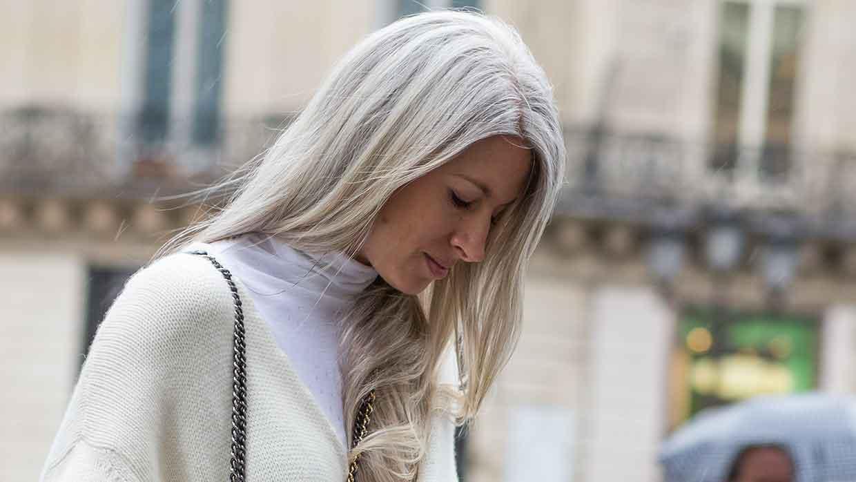 Haarkleurtrends en tips 2021. Tegen grijs haar hoef je niet te vechten. Hippe haarkleurtips voor alle leeftijden