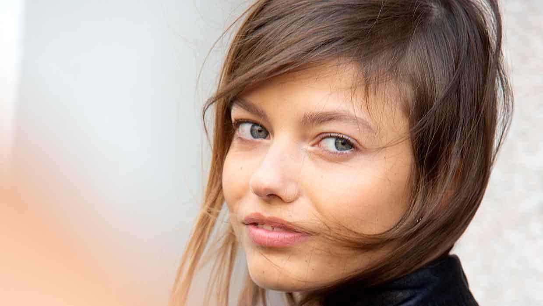 Kapseltrends 2021. Update je hair look met een lage zijscheiding. High impact en anti-aging