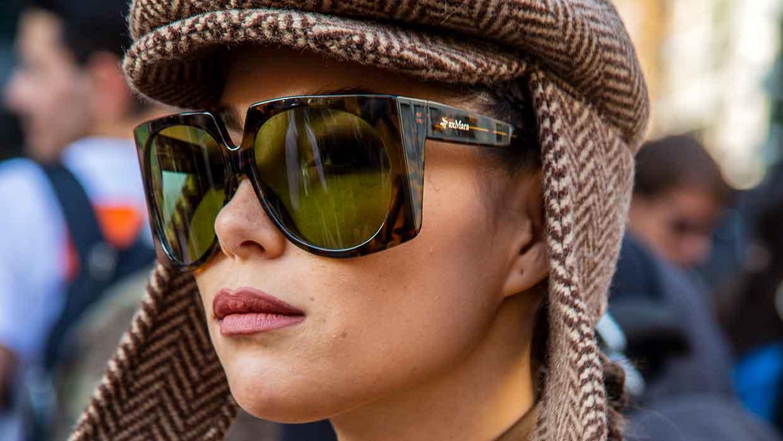 Lippotlood en bruine lippenstift voor herfst winter 2021 2022. Influencer Karina Nigay