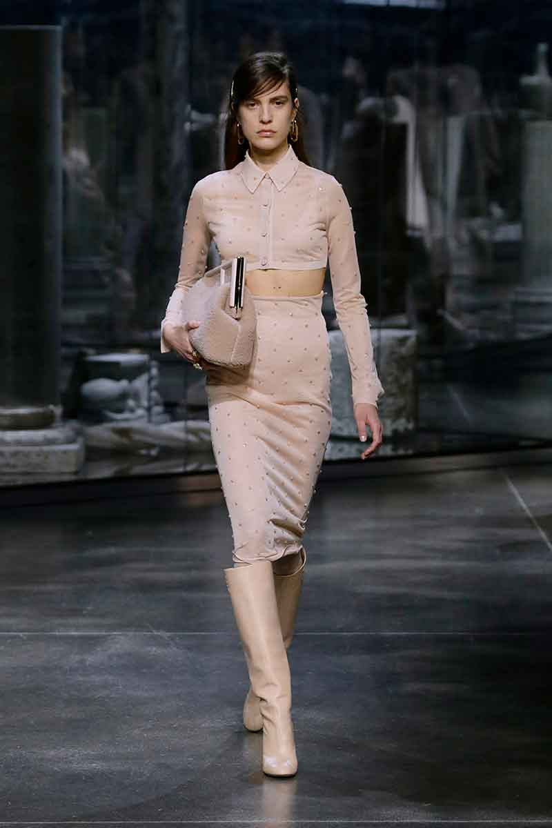 Modetrends 2021 2022. Crop tops dragen we ook in de herfst en winter! Ken jij deze stijltruc