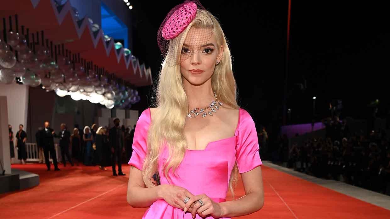 Modetrends winter 2021 2022. Wat gaat er in het nieuwe seizoen met bubblegum roze gebeuren? Photo courtesy of Dior