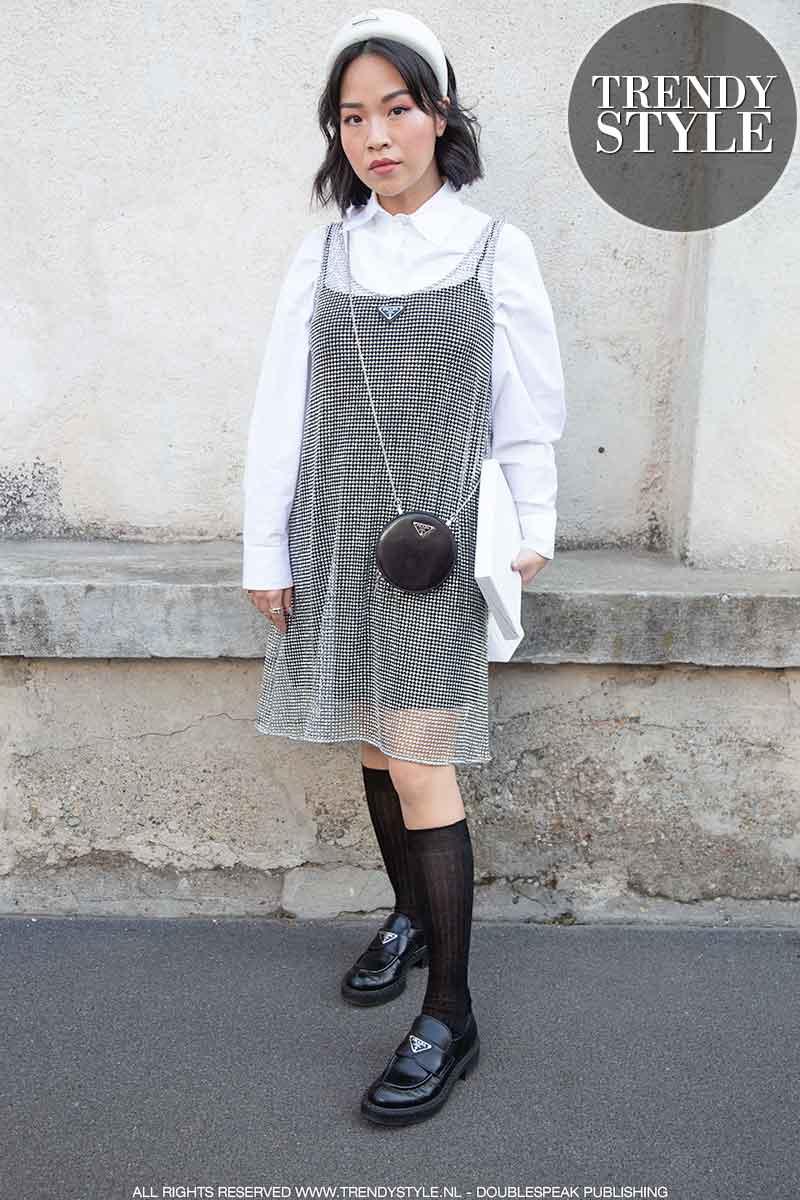 Modetrends winter 2021: zwarte loafers met witte sokken