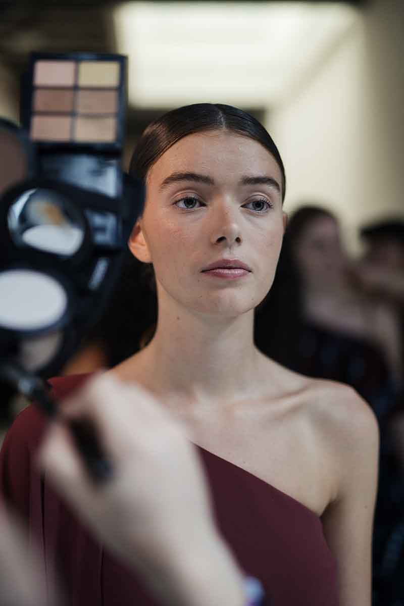 Hannah Bennett van MAC over de make-up trends voor winter 2021 2022. Modeshow: Natan. Make-up: Hannah Bennet. Foto: Isabel Janssen voor M.A.C Cosmetics