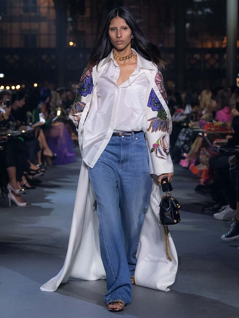Wenkbrauwtrends winter 2021 2022. Gebleekte wenkbrauwen op de catwalk van Valentino Rendez-Vous. Photo courtesy of Valentino