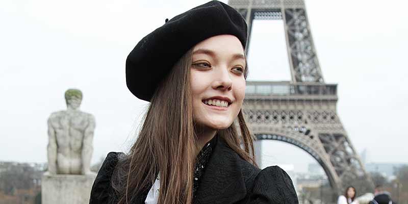 Yumi Lamberts met baret