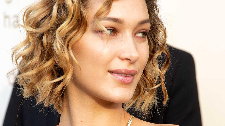 Beauty trends 2021. Hartvormige lippen zijn dé trend, maar ook 'puffy lips' zijn populair. Bella Hadid met puffy lips. Foto: Charlotte Mesman