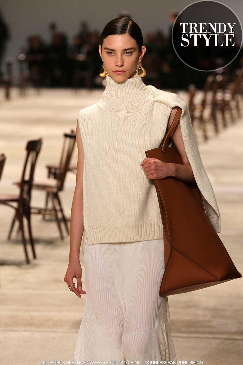 Beauty trends. 3x Anti-aging tips voor een strakke kaaklijn. Modeshow: Jil Sander. Foto: Mauro Pilotto