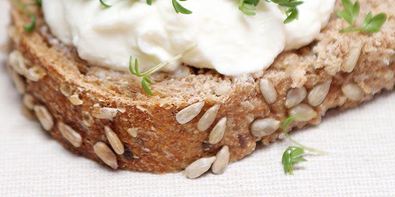 Bio-brood, kwark en tuinkers voor een oergezonde lunch
