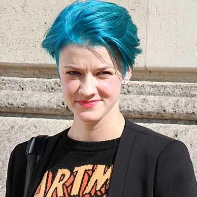 Ze is zo blond... uhhh... blauw!