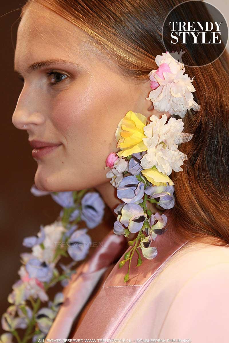 Mode trends 2018. Bloemen in je oren, bloemen aan je lijf