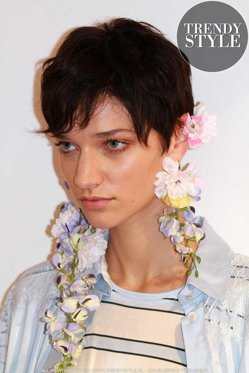Mode trends 2018. Bloemen in je oren, bloemen aan je lijf.
