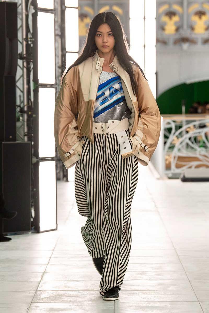 Modetrends lente zomer 2021. Zo (waanzinnig) groot zijn de broeken die we gaan dragen! Photo: courtesy of Louis Vuitton