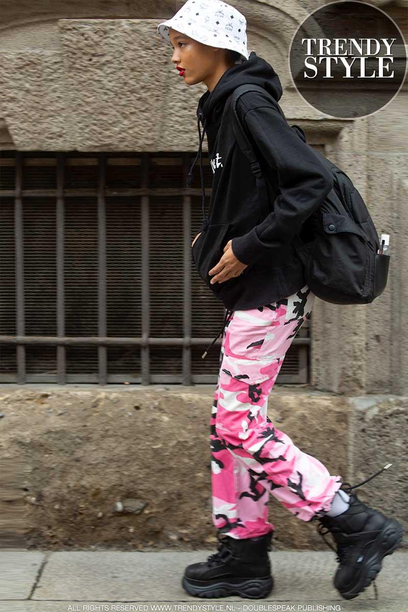 Streetwear winter 2020 2021. Stylish in joggingbroek en hoodie