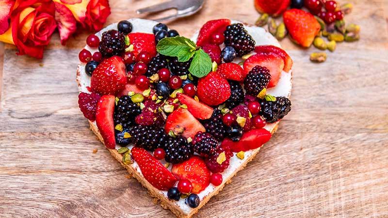 Valentijnsrecept. Cheesecake hart met bosvruchten en pistachekruim. Foto: Charlotte Mesman