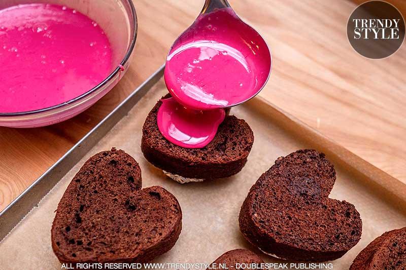 Valentijnsrecept. Suikerroze Valentijnsharten van chocoladecake. Foto: Charlotte Mesman