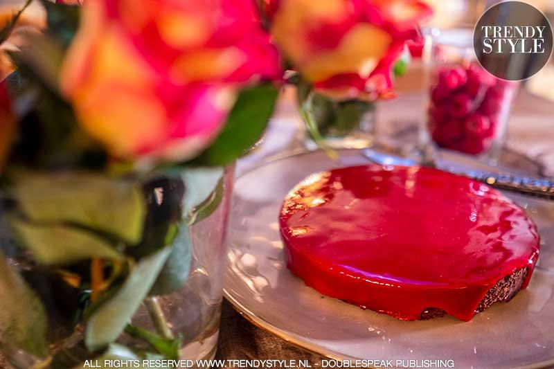 Valentijnsrecept. Chocoladetaart met rood spiegelglazuur en frambozen. Foto: Charlotte Mesman