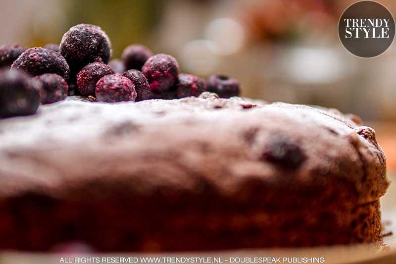 Bakken. Chocoladetaart met noten en rozijnen