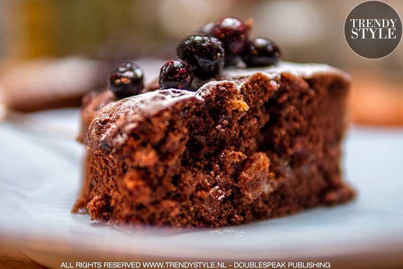 Bakken. Chocoladetaart met noten en rozijnen. Foto: Charlotte Mesman