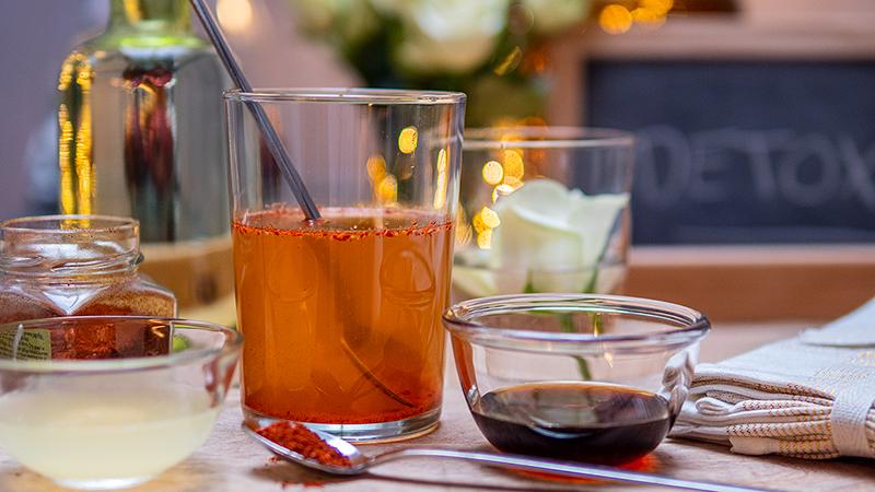 Detoxdrankje met citroen, ahornsiroop en chilipoeder