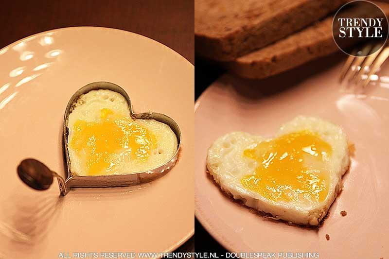 Gebakken ei in de vorm van een hart