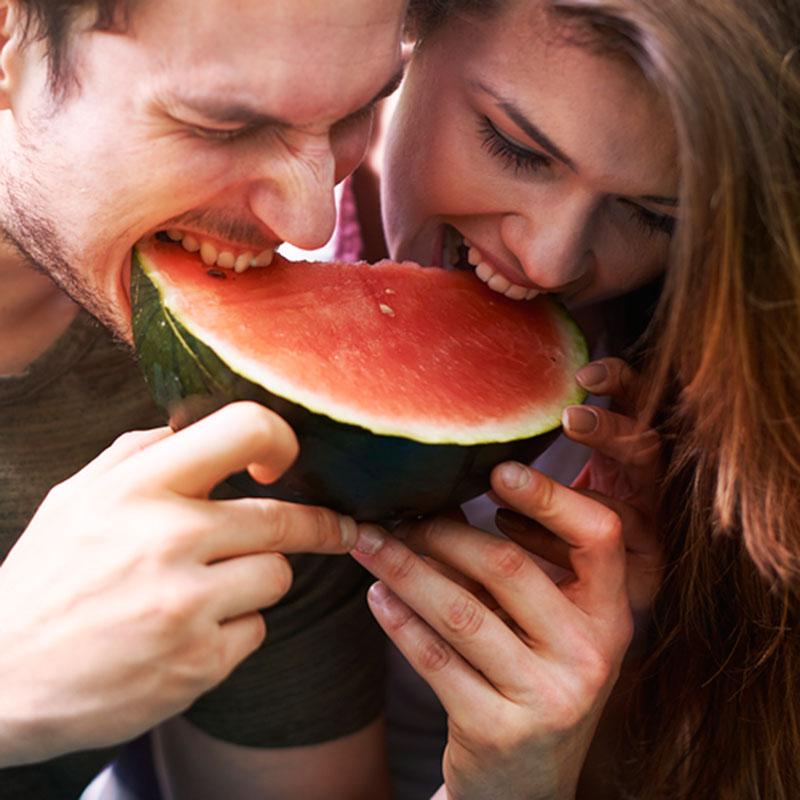 Vrouwen flirten meer in de zomer