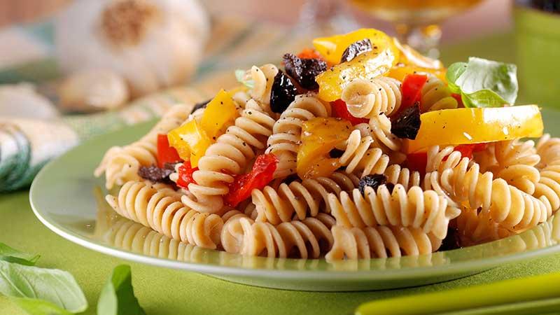 Fusilli pasta met groenten en zwarte olijven