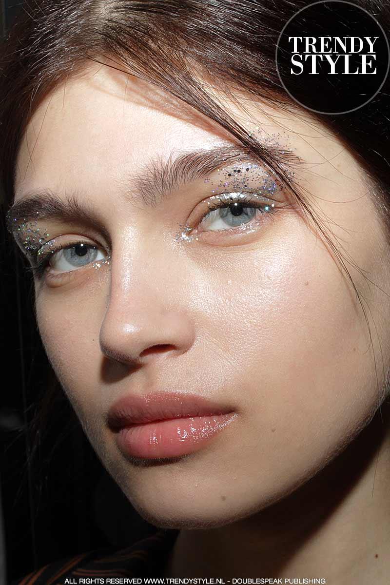 Zilverkleurige oogmake-up is de trend. Genny herfst winter 2018 2019