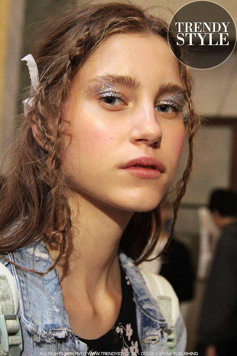 Zilverkleurige oogmake-up is de trend. Stella Jean lente zomer 2018