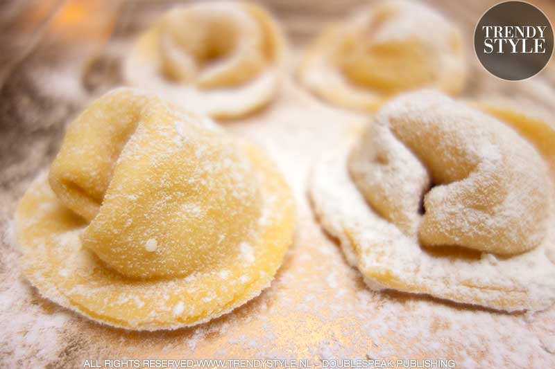 Kookrecept. Zelfgemaakte (megagrote) ravioli met mozzarella vulling en courgette saus