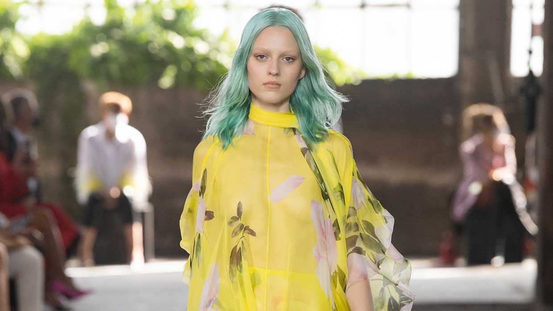 Haarkleurtrends 2021. Turkooizen en zachtroze haarkleuren. Pastel haarkleuren 2021
