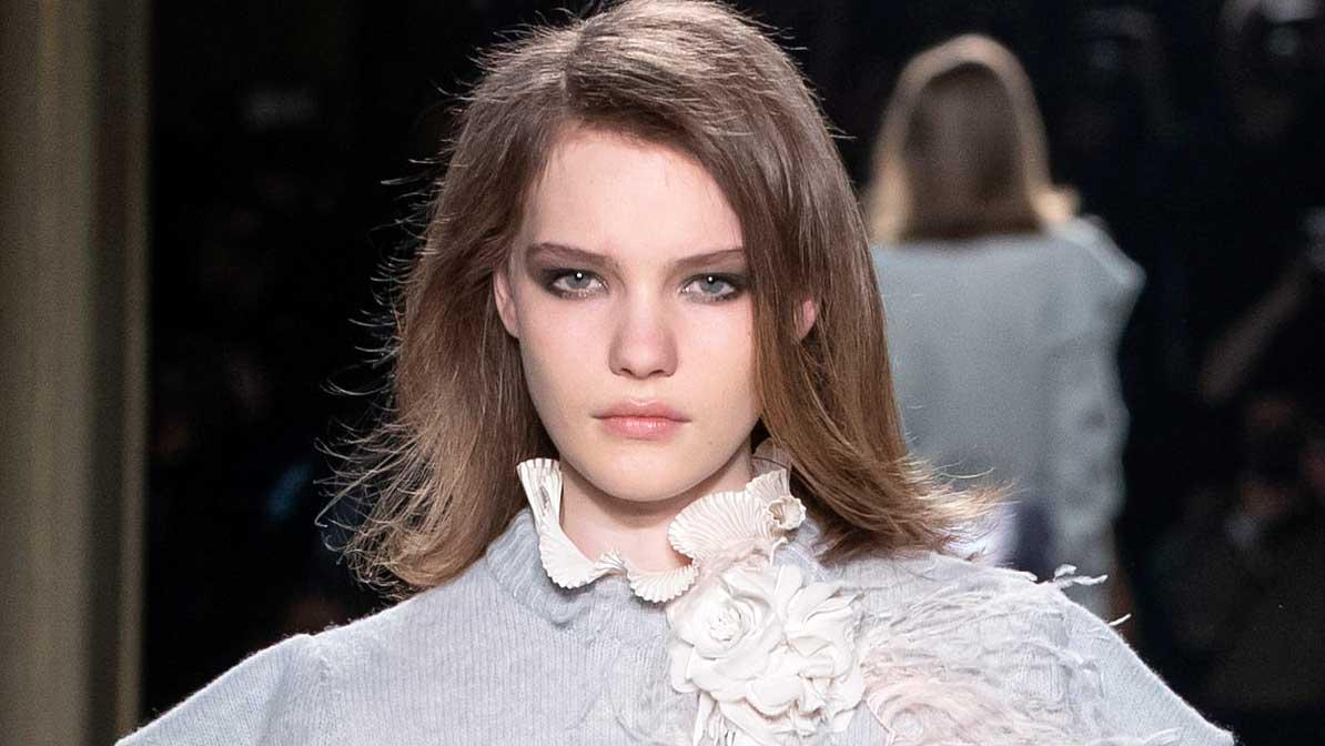 Kapsel trends 2020: de 'side swept' hair look. Hair styling ideeën