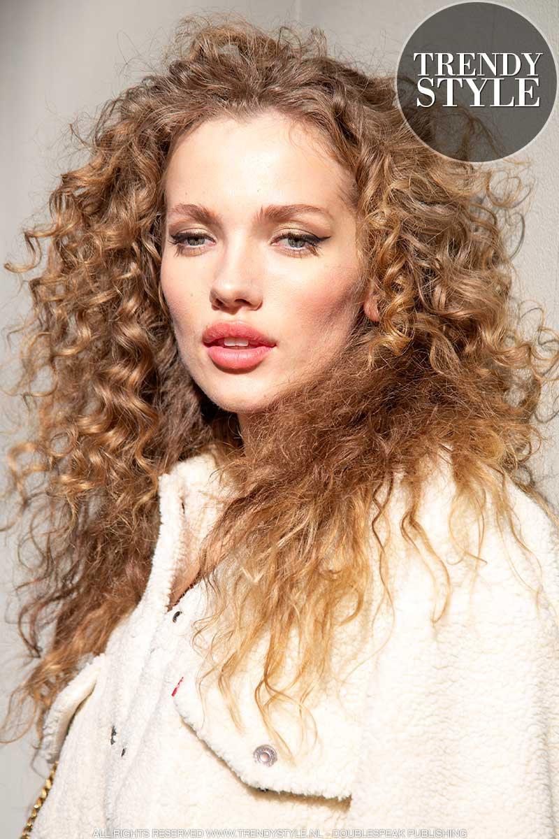 Haartrends herfst winter 2020. Trendy haarsnitten voor krullend haar. Foto: Charlotte Mesman
