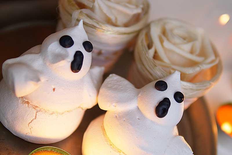 Schuimspookjes voor Halloween. Zo maak je meringue spookjes