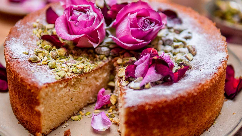 Valentijnsrecept. Hot Milk Love Cake met rozenblaadjes