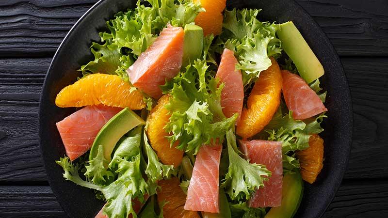 Wintersalade met gerookte zalm, avocado en sinaasappel