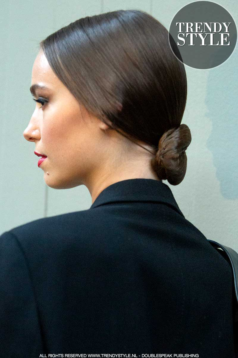 Kapseltrends en hair styling 2021. Kapsel met lage knot