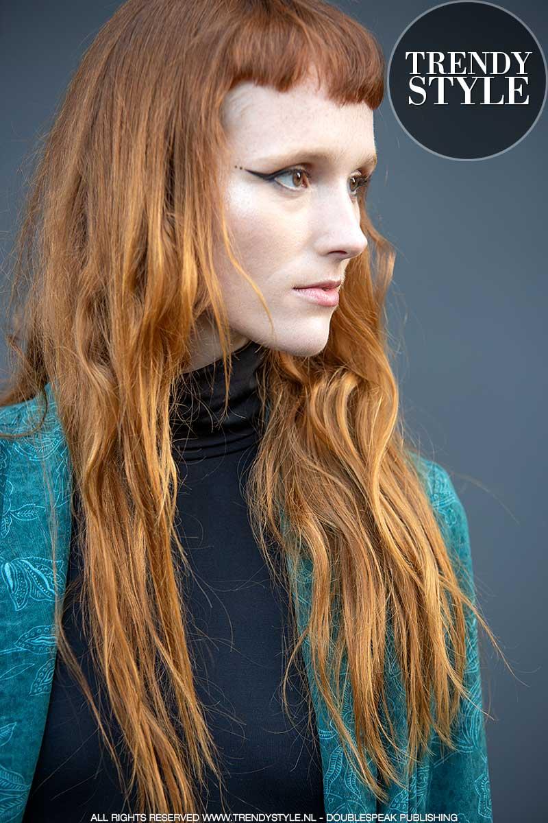 Kapseltrends zomer 2021. Korte pony, lang haar. Nederlands model Lou Mari