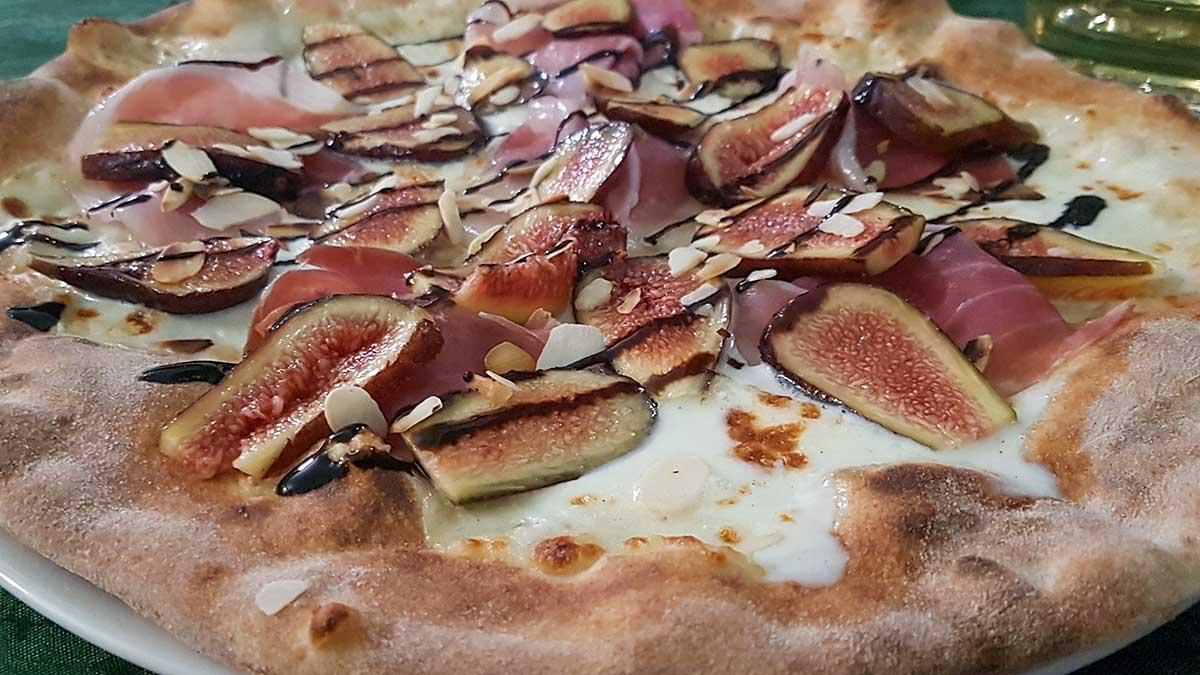 Pizza met vijgen en rauwe ham