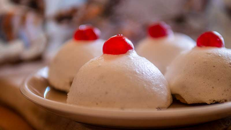Siciliaans dessert met zoete ricottavulling. Minne di Sant'Agata (Borstjes van de heilige Agata)