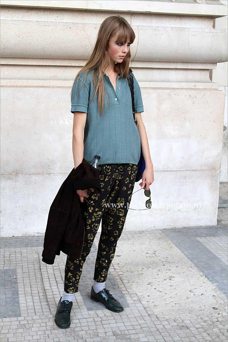 Edie Campbell tijdens de Paris Fashion Week in oktober 2012