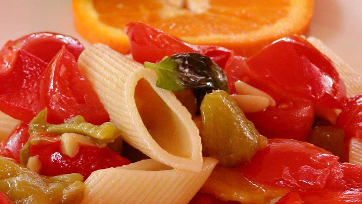 Lauwwarme pasta met verse basilicum, pijnboompitten en amandelen
