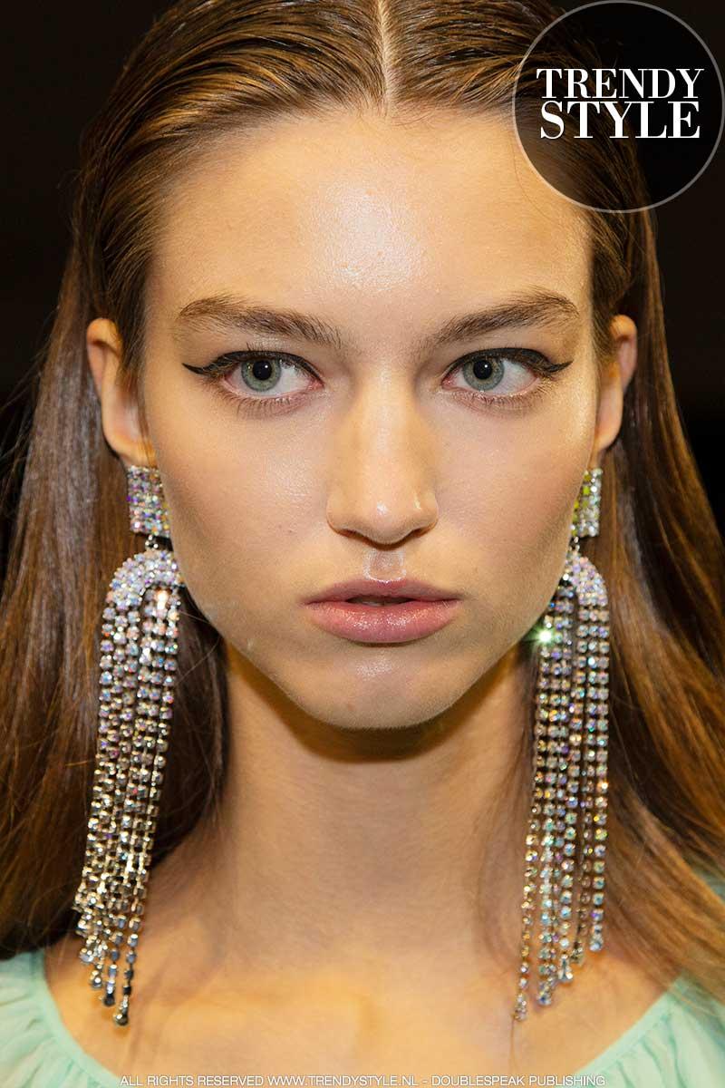 Make-up trends lente zomer 2020. Stralende huidjes en eyeliner