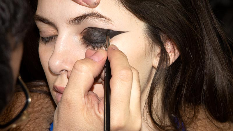 Make-up trends herfst winter 2019 2020. Zwarte oogmake-up. Eyeliner